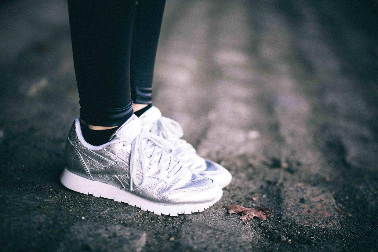 Le Happy wearing Reebok silver sneakers