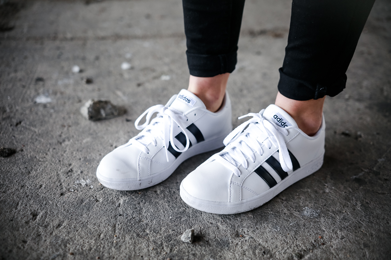 CASUAL Le Happy wearing Adidas NEO Baseline ...